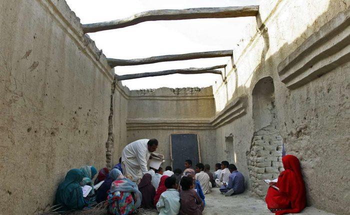 1399206235951 - متاثر از آن نیستم که معلمی جانش را فدای نجات دانش آموزانش کرد، از تبعیض و بی عدالتی فرهنگی متاسفم