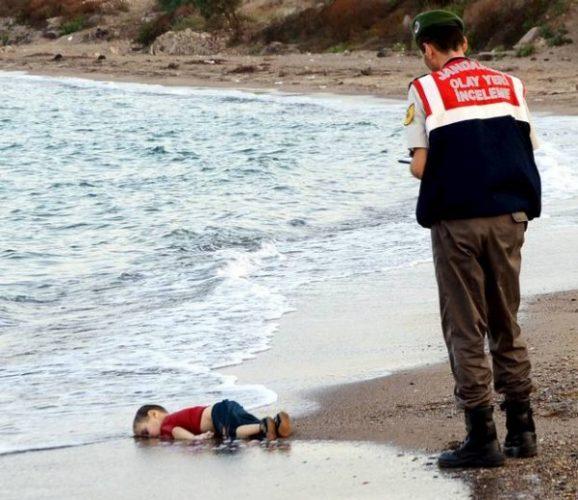 3529099 363 e1441317295321 - عکس دلخراش مرگ کودک سه ساله سوری که جهان را تکان داد