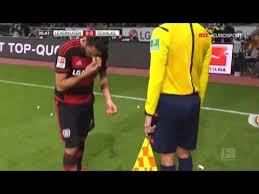 IMG110139061646 - بازیکن مسلمان با اجرای یک سنت زیبای اسلامی در زمین فوتبال اروپا تیتر خبرها شد